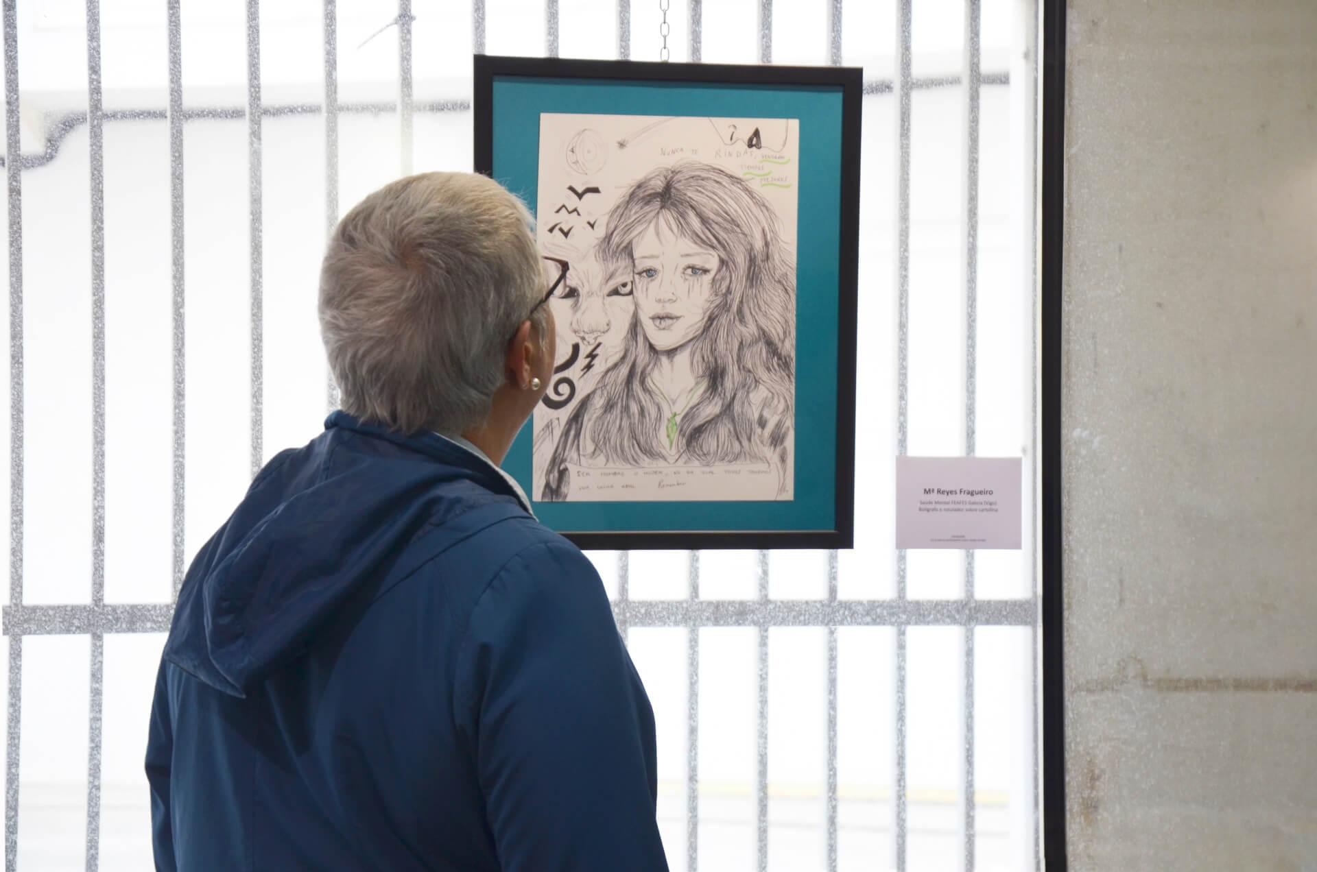 Una visitante observa una de las obras de la exposición